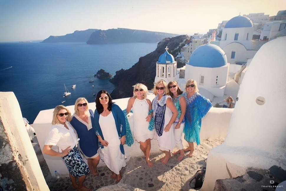 travelshoot-friends-santorini.jpg